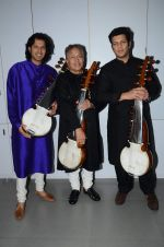 Amjad Ali Khan with sons Amaan and Ayaan Shoot for Vande Maataram at Collective Image Productions Lower Parel on 30th July 2015 (25)_55bb2432a7fa0.JPG