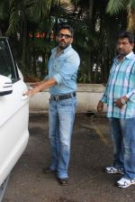 Sunil Shetty snapped at the airport in Mumbai on 31st July 2015 (42)_55bba7bbd45b4.JPG