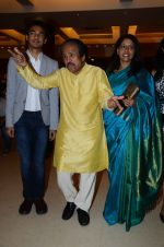 Kavita Krishnamurthy, L. Subramaniam at the music launch of Gour Hari Dastaan on 31st July 2015 (60)_55bca9f18acde.JPG