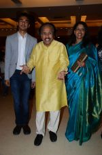 Kavita Krishnamurthy, L. Subramaniam at the music launch of Gour Hari Dastaan on 31st July 2015 (61)_55bcab84d5c75.JPG