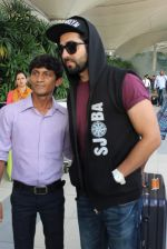 Ayushmann Khurrana snapped at the airport on 1st Aug 2015 (2)_55bdc9f46d1d3.JPG