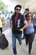 Ayushmann Khurrana snapped at the airport on 1st Aug 2015 (7)_55bdc9f90dadb.JPG