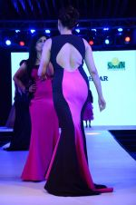 Isha Koppikar at Smile Foundations Fashion Show Ramp for Champs, a fashion show for education of underpriveledged children on 2nd Aug 2015 (157)_55bf1dfc59013.JPG