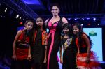 Isha Koppikar at Smile Foundations Fashion Show Ramp for Champs, a fashion show for education of underpriveledged children on 2nd Aug 2015 (5)_55bf1df5659b8.JPG