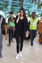 Anushka Sharma snapped at Mumbai airport on 3rd Aug 2015 (5)_55c080bb2684d.JPG