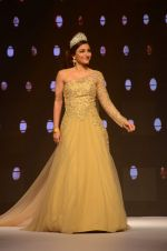 Soha Ali Khan walk the ramp for IIJW 2015  Day 2 on 4th Aug 2015