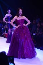 Kiara Advani walk the ramp for IIJW 2015 Day 3 on 5th Aug 2015 (53)_55c3202f93c55.JPG