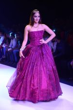 Kiara Advani walk the ramp for IIJW 2015 Day 3 on 5th Aug 2015 (54)_55c32030d6f4b.JPG