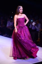 Kiara Advani walk the ramp for IIJW 2015 Day 3 on 5th Aug 2015 (55)_55c320326587e.JPG