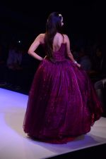 Kiara Advani walk the ramp for IIJW 2015 Day 3 on 5th Aug 2015 (58)_55c32035c5c33.JPG