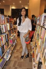 Shweta Salve at Namrata Purohit_s The Lazy Girl_s Guide to Being Fit book Launch in crossword Kemps Corner on 5th Aug 2015 (59)_55c31ce8db945.JPG