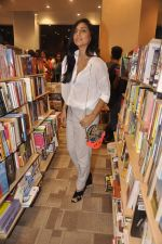 Shweta Salve at Namrata Purohit_s The Lazy Girl_s Guide to Being Fit book Launch in crossword Kemps Corner on 5th Aug 2015 (60)_55c31cec45887.JPG