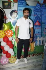 Ajaz Khan at Sara Khan Birthday Party in Mumbai on 6th Aug 2015 (28)_55c4537f473e7.jpg
