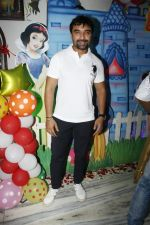 Ajaz Khan at Sara Khan Birthday Party in Mumbai on 6th Aug 2015 (29)_55c45380cdece.jpg