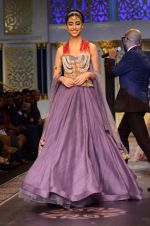 Model walk the ramp for Shyamal bhumika Grand Finale Show at IIJW 2015 on 6th Aug 2015 (9)_55c4632ec1f88.JPG