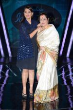 Sonakshi Sinha, Poonam Sinha at the Promotion of Phantom on the sets of Indian Idol Junior 2015 in Mumbai on 16th Aug 2015 (17)_55d185a57c9e2.JPG