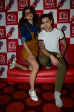 Imran Khan, Kangana Ranaut on the sets of Red FM in lower Parel on 18th Aug 2015 (54)_55d71e80985f7.JPG