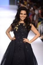 Esha Gupta walks for Ridhi Mehra Show at LIFW Day 5 on 29th Aug 2015  (34)_55e309a25b5c1.JPG