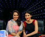 Sonakshi Sinha, Shruti haasan on Indian Idol Location on 31st Aug 2015