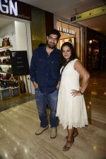 Kunaal Roy Kapoor at Hidesign store for Vogue Fashion Night Out on 2nd Sept 2015 (19)_55e7fb14567c9.JPG