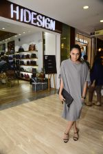 Shweta Salve at Hidesign store for Vogue Fashion Night Out on 2nd Sept 2015 (46)_55e7fb5025585.JPG
