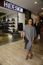 Shweta Salve at Hidesign store for Vogue Fashion Night Out on 2nd Sept 2015 (47)_55e7fb50b9f87.JPG