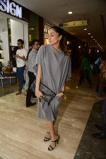Shweta Salve at Hidesign store for Vogue Fashion Night Out on 2nd Sept 2015