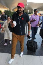 Harbhajan Singh snapped at airport in Mumbai on 7th Sept 2015 (1)_55ee83fc1f855.JPG