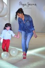 Shweta Salve at Pepe Jeans kids wear launch in Mumbai on 10th Sept 2015 (11)_55f28c15e826f.JPG