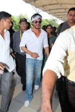 Shahrukh Khan snapped at  Airport for Dilwale shoot in Hyderabad on 14th Sept 2015