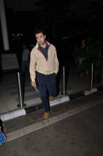 Imran Khan snappedas he returns from Delhi promotions in Airport on 16th Sept 2015 (13)_55fa9348d0fb0.JPG