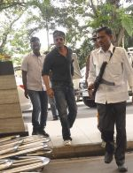 Shahrukh Khan snapped at airport in Mumbai on 16th Sept 2015 (18)_55fa9ec551404.JPG