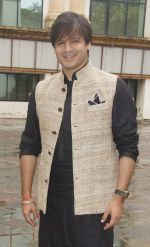 Vivek Oberoi snapped at Siddhivinayak temple on 20th Sept 2015 (10)_55ffac5340eee.JPG