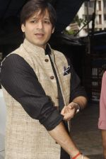 Vivek Oberoi snapped at Siddhivinayak temple on 20th Sept 2015 (3)_55ffac5075224.JPG