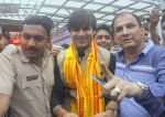 Vivek Oberoi snapped at Siddhivinayak temple on 20th Sept 2015 (30)_55ffac5e5ff2f.JPG
