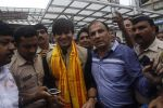 Vivek Oberoi snapped at Siddhivinayak temple on 20th Sept 2015 (31)_55ffac5fa8aee.JPG