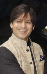 Vivek Oberoi snapped at Siddhivinayak temple on 20th Sept 2015 (4)_55ffacc2ce1bb.JPG