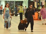 Amrita Arora, Karisma Kapoor snapped at Airport on 21st Sept 2015 (7)_560116d0edd62.JPG