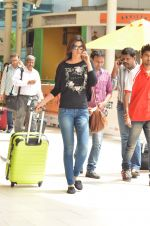 Kriti Sanon snapped at Airport on 21st Sept 2015 (34)_56011798a4e6d.JPG