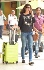 Kriti Sanon snapped at Airport on 21st Sept 2015 (35)_5601179a088e3.JPG