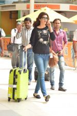 Kriti Sanon snapped at Airport on 21st Sept 2015 (37)_5601179ea21b9.JPG