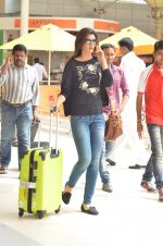 Kriti Sanon snapped at Airport on 21st Sept 2015 (38)_560117a02b9b7.JPG