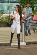 Malaika Arora Khan snapped at Airport on 21st Sept 2015 (30)_56011813386a8.JPG