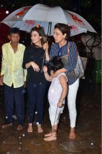 Neetu Singh at Rishi Kapoor_s Ganpati Visarjan on 21st Sept 2015 (2)_560109528557d.JPG