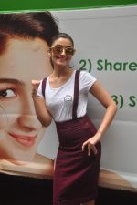 Alia Bhatt at garnier bus event in Churchgate on 22nd Sept 2015 (23)_560260de6e602.JPG