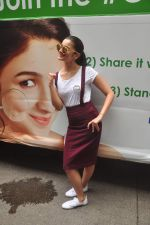 Alia Bhatt at garnier bus event in Churchgate on 22nd Sept 2015 (24)_560260df76c78.JPG