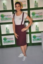 Alia Bhatt at garnier bus event in Churchgate on 22nd Sept 2015 (6)_560260cf6d51a.JPG