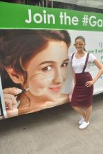 Alia Bhatt at garnier bus event in Churchgate on 22nd Sept 2015 (77)_5602611bba283.JPG