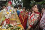 Dimple kapadia and twinkle_s ganpati visarjan on 22nd Sept 2015 (68)_56026100bd4ce.JPG