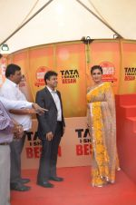 Raveena Tandon at Tata I-Shakti Besan offered the World_s Biggest Besan Ladoo to Andhericha Raja on 22nd Sept 2015 (14)_560261d52e37c.JPG